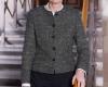 Henriette Reker steht auf einer Treppe. Sie trägt eine dunkle geknöpfte Jacke und eine schwarze Hose und lächelt in die Kamera.
