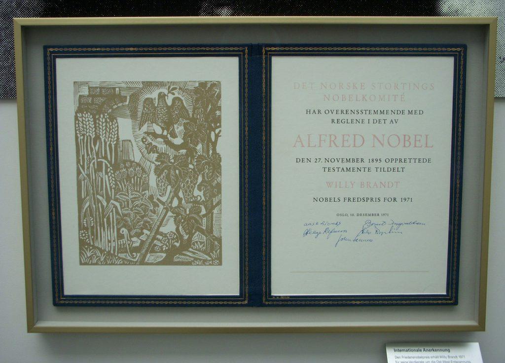 Das Foto zeigt die zweiseitige Urkunde in einem dunklen Bilderrahmen.
