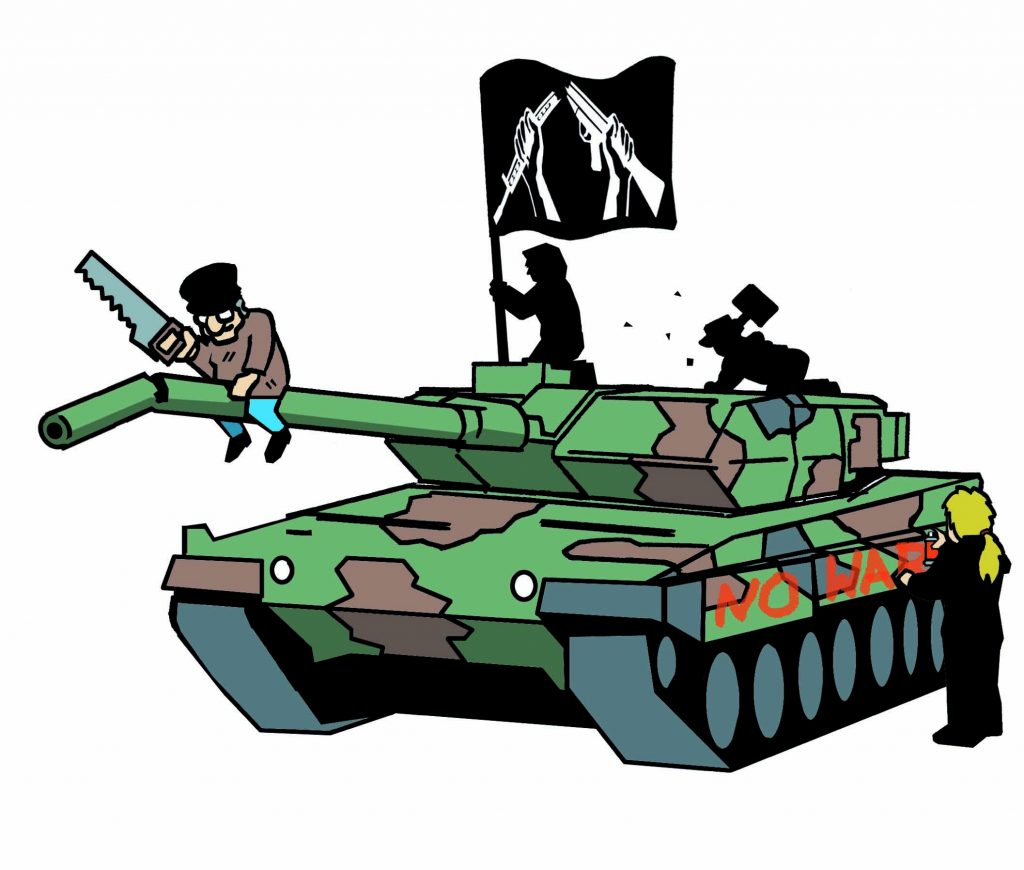 """Auf einem Panzer in Tarnfleck klettern drei kleine Männlein herum: eines sägt das Kanonenrohr ab, ein zweites richtet eine schwarz-weiße Flagge mit dem zerbrochenen Gewehr auf, ein drittes hämmert Stücke aus der Panzerverkleidung. Eine vierte Person mit langem blonden Pferdeschwanz malt """"No War"""" auf die Panzerseite."""