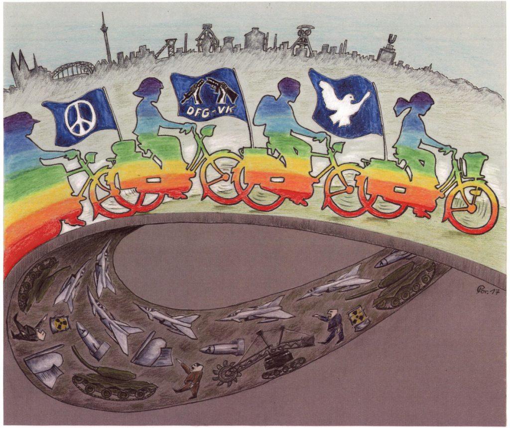 Ein gezeichnetes Bild, auf dem eine Reihe Radfahrer mit Friedensfahnen regenbogenfarbig von links nach rechts über einen Bogen fahren; erst beim zweiten Hinschauen erkennt man, dass sich darunter eine Art Teppich aus lauter Kriegsmaterialien wie Flugzeugen und Panzern in dunklen Farben aufzurollen scheint; darüber sieht man eine angedeutete Stadtsilouette.