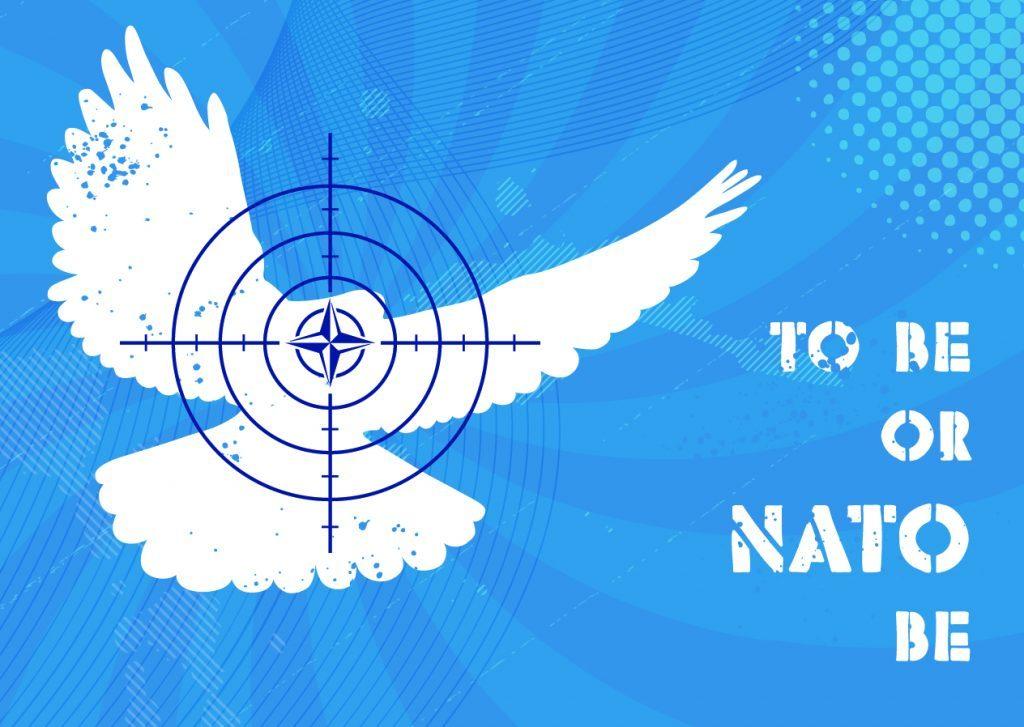 Eine weiße Taube fliegt vor himmelblauem Hintergrund nach oben. Ein Zielvisier ist auf ihren Kopf gerichtet; in der Mitte der Visiereinrichtung ist der NATO-Stern.