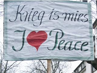 Ein selbstgemaltes Demo-Schild mit der obigen Aufschrift.