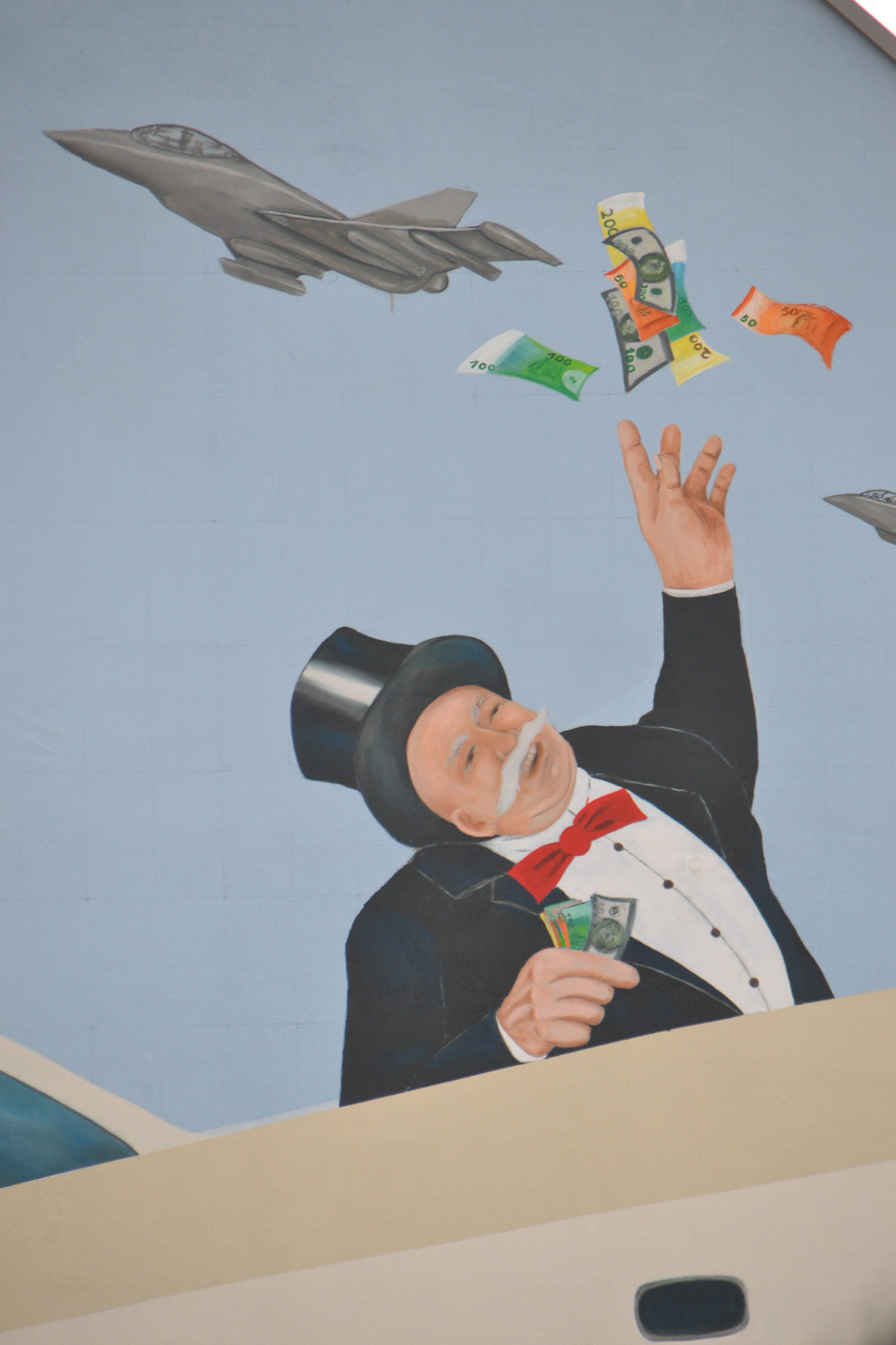 Das Detail zeigt einen freundlichen Herrn mit grauem Schnäuzer in Frack, Zylinder und roter Fliege, der sich über die Bordwand einer Yacht lehnt und große Geldscheine in die Luft wirft, wo sie zu einem Kampfjet flattern.