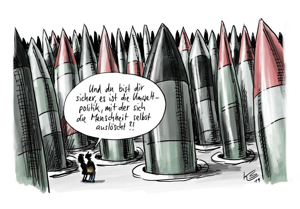 Zwei kleine Menschlein unterhalten sich zwischen einem riesigen Arsenal furchteinflößender Raketen, die aus ihren Bodensilos herausragen.