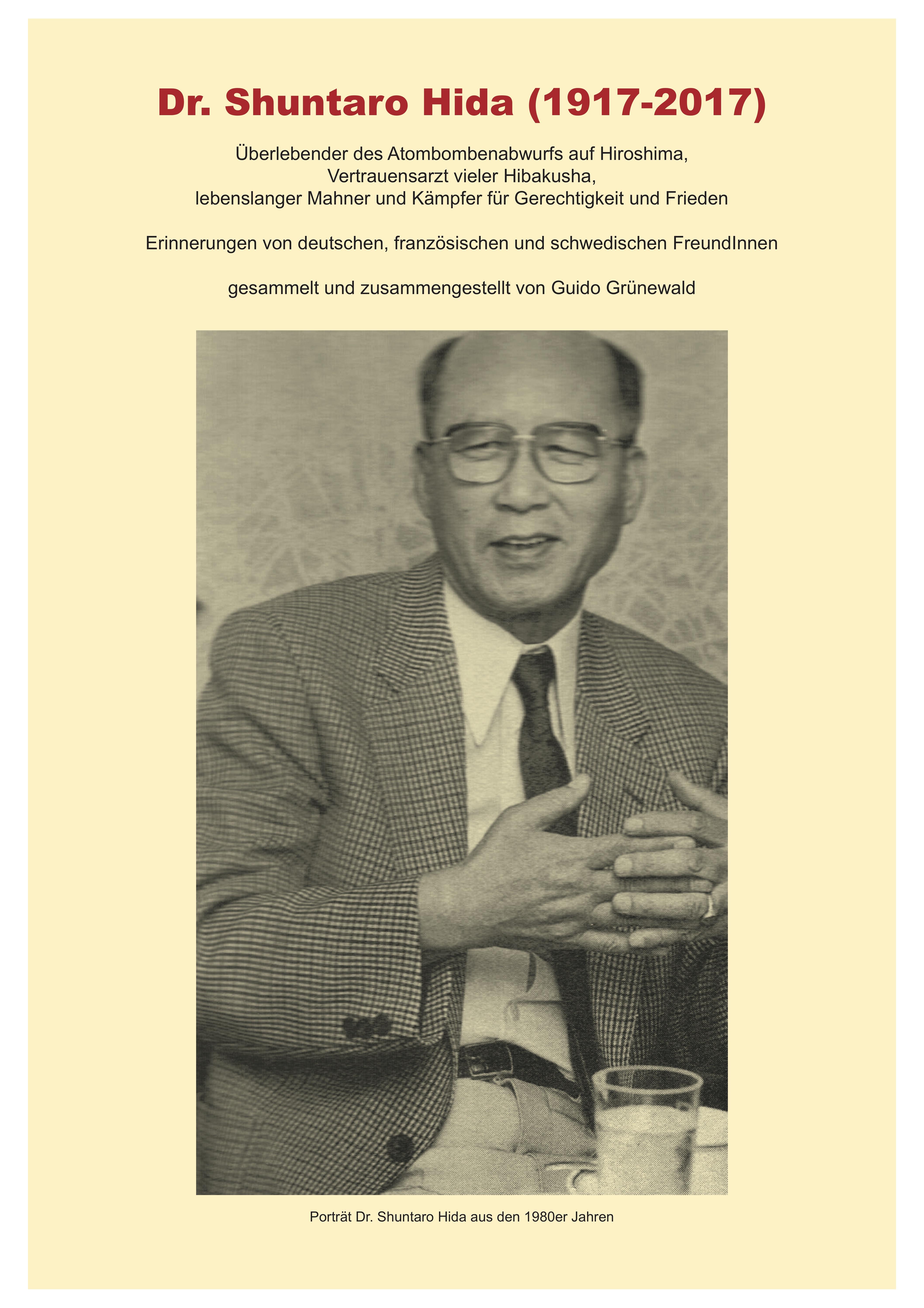 Ein einfaches gelbliches Papier-Cover mit dem Schwarz-weiß-Porträt eines freundlichen asiatisch aussehenden Herrn mit Brille in Anzug und Krawatte