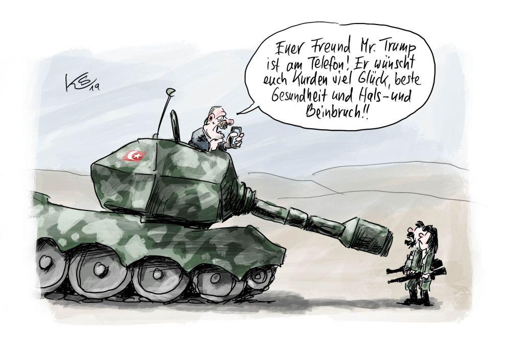Ein riesiger Panzer richtet seine Kanone auf zwei kleine mit Maschinenpistolen bewaffnete Soldaten. Aus dem Panzerturm schaut Präsident Erdogan heraus und spricht mit den Soldaten.