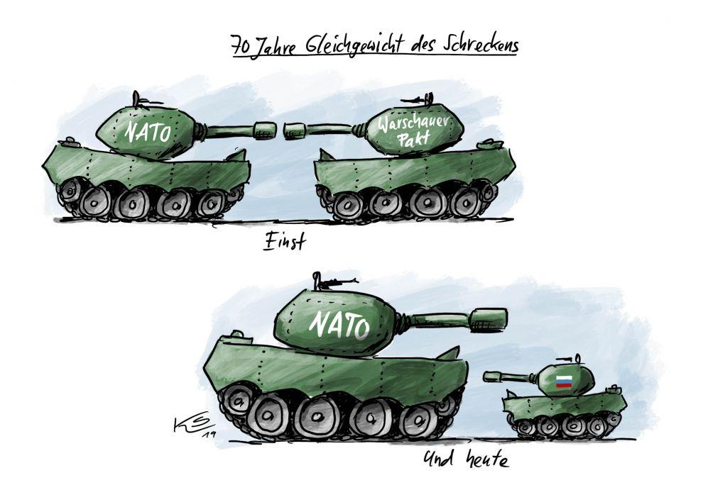 """Oben stehen sich zwei gleich große olivgrüne Panzer mit den Aufschriften """"NATO"""" und """"Warschauer Pakt"""" feindlich gegenüber. Unten ein großer mit der Aufschrift """"NATO"""" und ein kleiner mit der russischen Nationalflagge."""