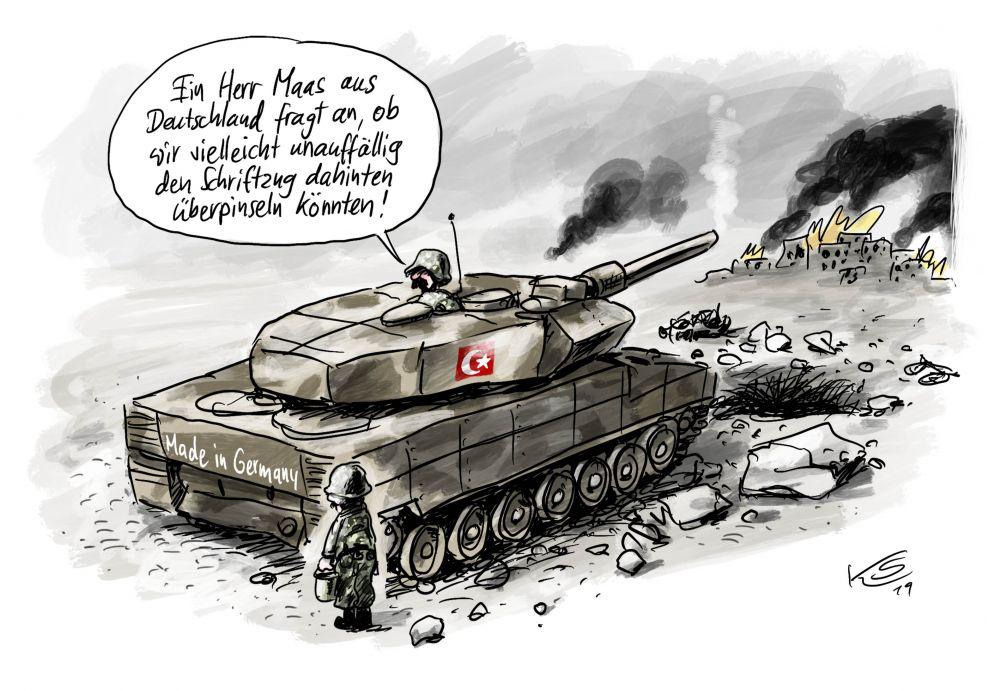 Bildfüllend steht ein Panzer vor einer am Horizont brennenden Stadt. Aus dem Ausguck fragt ein Soldat seinen Kollegen, der neben dem Panzer auf dem steinigen Boden steht.