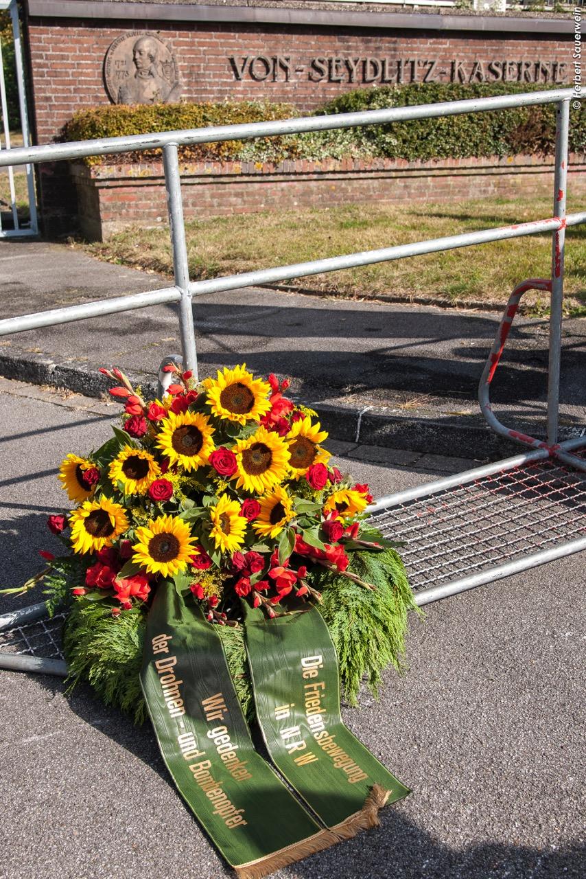 Ein Blumenkranz mit Grabschleifen vor dem Tor der Von-Seydlitz-Kaserne